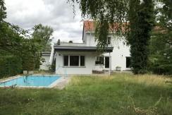 Renovierungsbedürftige Doppelhaushälfte mit wunderschönem Grundstück